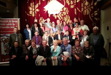 """Una vintena de banyerencs gaudeixen de l'obra teatral """"La família irreal"""" a Barcelona"""
