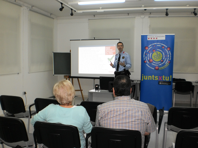 """Jove Baix Penedès i Mossos d'Esquadra ofereixen la conferència """"Xarxes socials"""""""
