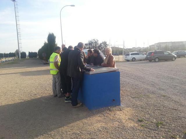Col·locació de la gespa al camp municipal de futbol